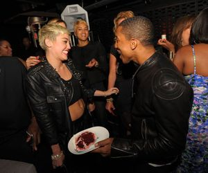 miley-cyrus-bare-midriff-at-pharrell-williams-birthday-party-in-miami-c0ccd247577751e0f3d32fcb14904ce2