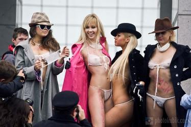 FEMEN_Swine_Flu_Panic_Protest-13